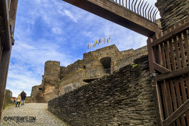 De ingang van het kasteel