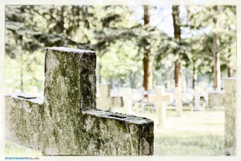 Oorspronkelijk had deze begraafplaats een geometrische structuur. De meeste kruizen zijn naamloos, alleen voorzien van een nummer zoals te zien op de linkerarm.
