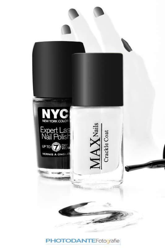 Zwarte en witte nagellak op een witte achtergrond.